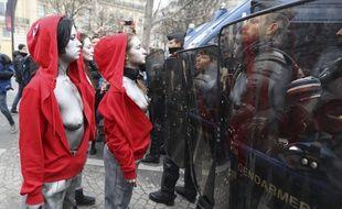 Cinq femmes habillées en Marianne se sont postées devant les forces de l'ordre ce samedi 15 décembre.