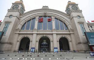 Des barrières bloquent l'accès à la gare fermée de Hankou à Wuhan, dans la province du Hubei en Chine centrale, le 23 janvier 2020.