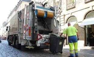 Illustration d'un camion de collecte des déchets, ici à Rennes.