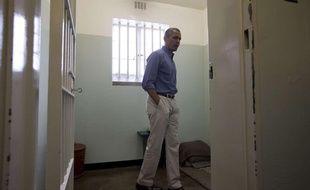 Barack Obama dans la cellule de la prison de Robben Island en Afrique du Sud, où Nelson Mandela a été emprisonné 18 ans.