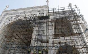 Des échafaudages disposés contre la façade du Taj Mahal en Inde.