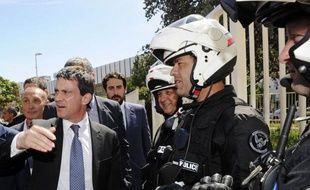 Le ministre de l'Intérieur Manuel Valls se dit défavorable au statut de coofficialité de la langue corse, votée par l'Assemblée de Corse en mai, dans une interview parue dans Corse-Matin lundi, jour de son arrivée pour une nouvelle visite dans l'île.