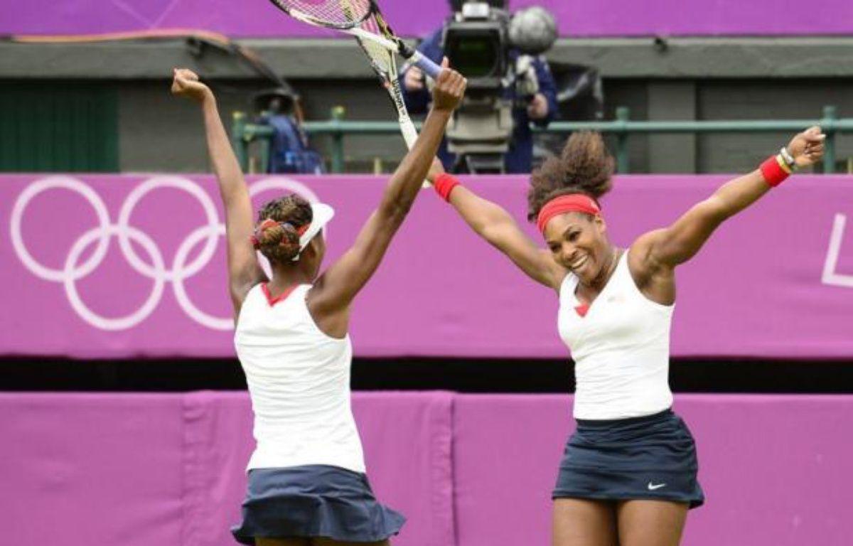 Serena et Venus Williams ont conservé leur titre olympique dans le double dames des Jeux de Londres, en battant les Tchèques Andrea Hlavackova et Lucie Hradecka en deux sets 6-4, 6-4, dimanche à Wimbledon. – Leon Neal afp.com
