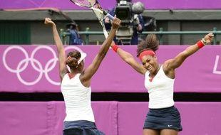Serena et Venus Williams ont conservé leur titre olympique dans le double dames des Jeux de Londres, en battant les Tchèques Andrea Hlavackova et Lucie Hradecka en deux sets 6-4, 6-4, dimanche à Wimbledon.