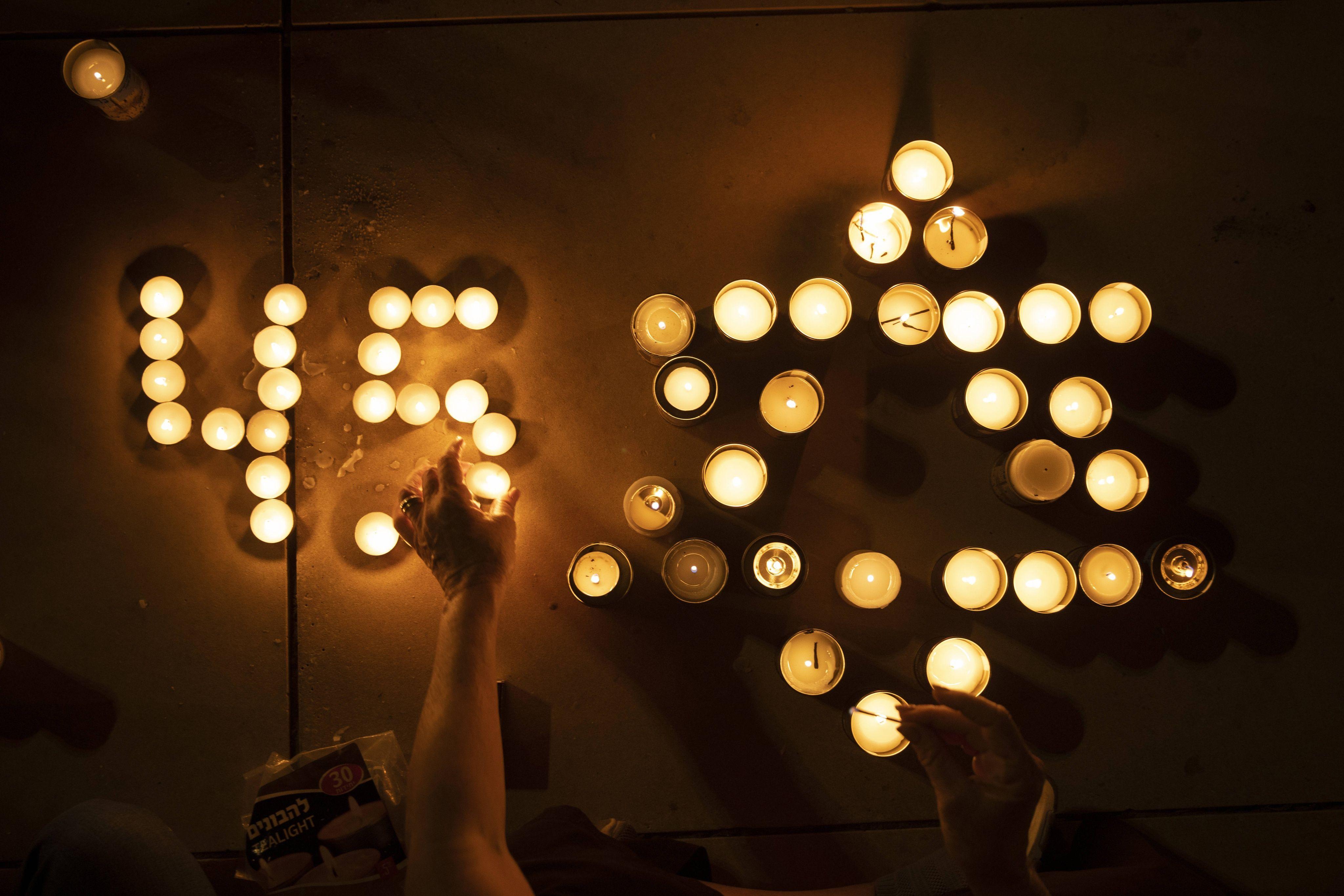 648x415 des bougies allumees a tel aviv le 1er mai 2021 pour rendre hommage aux 45 victimes de la bousculade