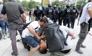 Un supporter est maîtrisé par des policiers en civil avant Ukraine-Pologne, le 21 juin 2016 à Marseille