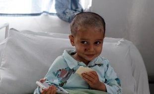 Le petit Abouzar Ahmad, survivant de l'attaque d'un hôtel de Kaboul qui a tué tout le reste de sa famille, le 6 avril 2014 à l'hôpital à Kaboul