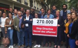 Elise Lucet et le collectif Informer n'est pas un délit, le 15 juin 2015, à Paris.