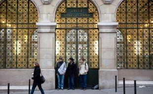 Des adolescents devant l'entrée du lycée Louis-le-Grand le 9 février 2010 à Paris