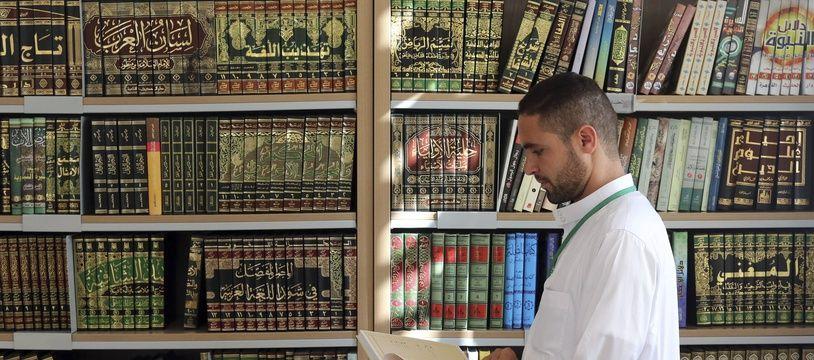 Un futur imam étudie à l'institut Mohammed VI à Rabat (Maroc)