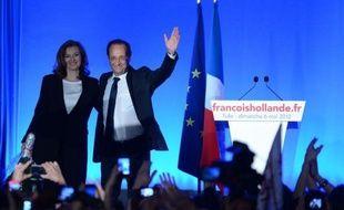 """François Hollande est devenu dimanche le deuxième socialiste à accéder à l'Elysée sous la Ve République en battant Nicolas Sarkozy, promettant aussitôt de faire avancer """"la cause de l'égalité"""" et de ne pas être le président de l'austérité, sur fond de crise"""
