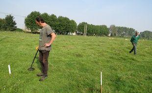 A Bullecourt, le 23 septembre 2014 - L'historien australien Carl Johnson a la recherche de corps de soldats britanniques dans la pature de Didier Guerle, agriculteur a Bullecourt.
