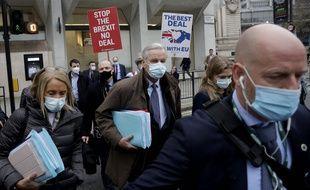 Le négociateur en chef de l'UE, Michel Barnier, entouré de manifestants contre le Brexit, à la sortie d'une réunion à Londres le 30 novembre 2020.