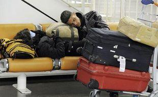 Un passager attend à l'aéroport d'Orly le 25 février 2010, jour de grève dans l'aérien.