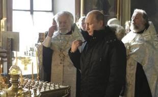Le Premier ministre russe,Vladimir Poutine, assiste à un service religieux en mémoire des vicitmes de l'attentat de l'aéroport de Domodedovo, à Moscou, le26 janvier2011.