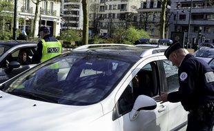 Des policiers à Rennes qui contrôlent les automobilistes pendant le confinement.Cré dit:Mathieu Pattier/SIPA.