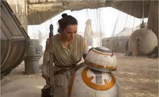 Daisy Ridley et BB-8 dans Star Wars - Le Réveil de la Force