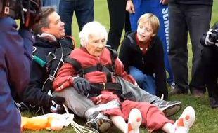 Capture d'écran d'une vidéo monrtant la centenaire américaine Eleanor Cunningham, après son saut en parachute.