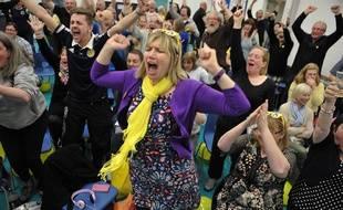 Des militants du SNP fêtent la victoire annoncée de leur parti aux élections législatives britanniques, à Livingston, le 8 mai 2015.