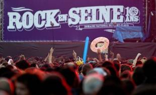 Paris le 24 aout 2012. Domaine de Saint Cloud. 10e edition du Festival de musique Rock en Seine 2012. Concert de Dionysos. Foule. Public.