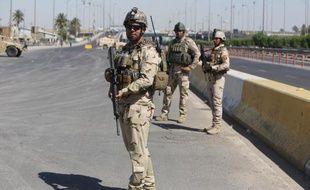 Des soldats irakiens montent la garde devant le principal centre de recrutement de volontaires à Bagdad pour lutter contre les jihadistes le 24 juin 2014