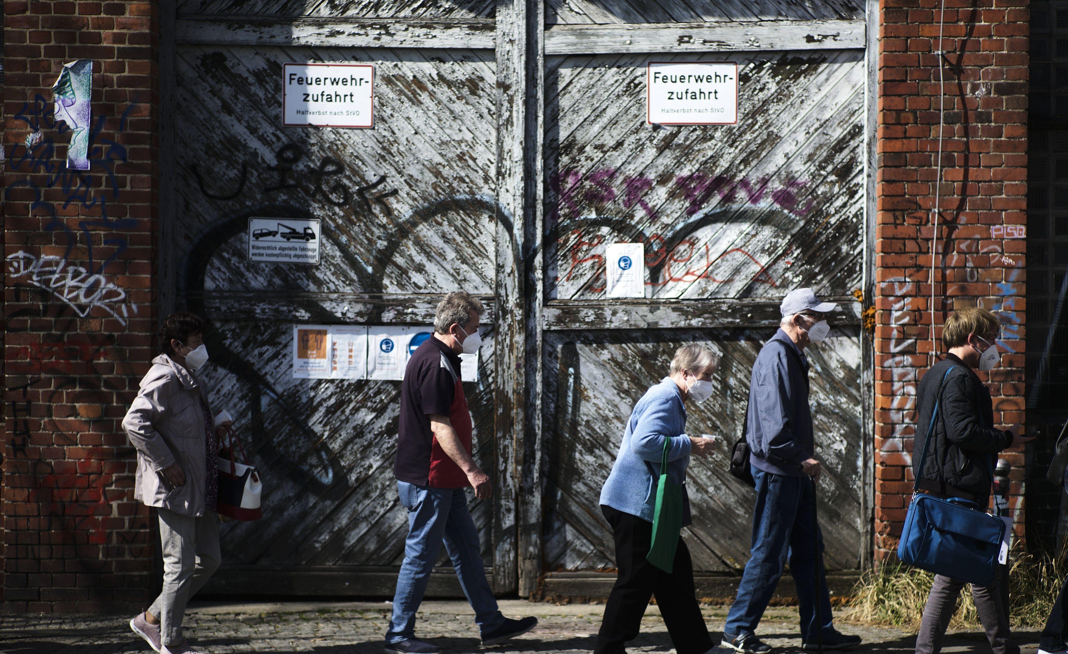Des Allemands patientent à Berlin pour se faire vacciner contre le Covid-19.