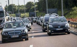 Des chauffeurs de taxi bloquent une autoroute près de l'aéroport de Roissy, le 11 juin 2014
