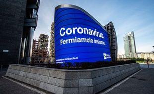 «Le coronavirus, arrêtons-le ensemble», proclame un panneau à Milan, le 10 mars 2020.