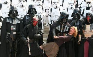 Mary Franklin portée en triomphe par des fans de «Star Wars» lors d'une convention.