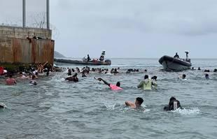 Des centaines de personnes tentent de nager de Fnideq (Maroc) à Ceuta, enclave espagnole au nord de l'Afrique, 18 mai 2021