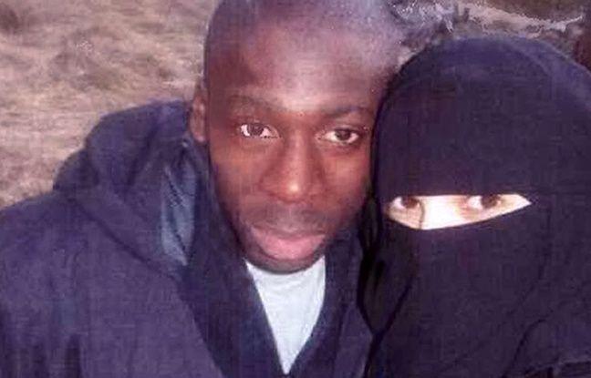 Hayat Boumeddiene pose pour un selfie avec Amedy Coulibaly en 2010, à Murat (Cantal)