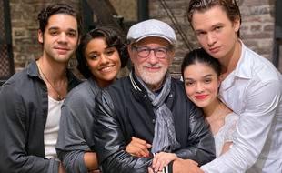Le réalisateur Steven Spielberg entouré des acteurs de «West Side Story» (de gauche à droite) David Alvarez, Ariana DeBose, Rachel Zegler et Ansel Elgort