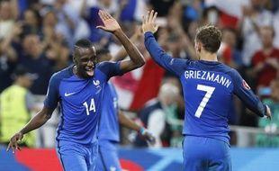 Blaise Matuidi et Antoine Griezmann après la victoire de la France contre l'Allemagne en demi-finale de l'Euro, le 7 juillet 2016.