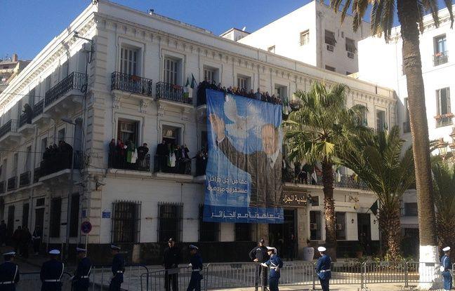 Une affiche représentant le président algérien Bouteflika à Alger, le 6 décembre 2017.