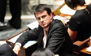 """L'association La Voix des Roms a estimé dimanche que la politique du ministre de l'Intérieur, Manuel Valls, concernant les Roms était comparable à celle de ses prédécesseurs UMP Place Beauvau, affirmant que le ministre PS """"pourrait porter les couleurs de l'UMP"""" en 2017."""