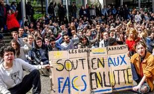 Des lycéens protestent contre la loi ORE devant l'université de Lille, le 11/04/2018.