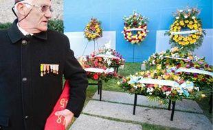 Des gerbes de fleurs ont été déposées devant le mémorial des camps de la mort, près du J4.
