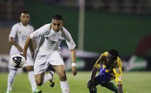 L'attaquant de l'équipe d'Algérie Ryad Boudebouz (à g.), lors d'un macth contre la Gambie, le 15 juin 2012 à Blida.