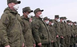 Des membres des forces spéciales russes  arrivent sur une base militaire italienne pour prêter main forte, près de Bergame (Lombardie), le 27 mars 2020.