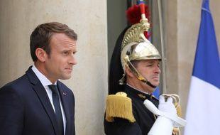 Le président Emmanuel Macron sur le perron de l'Elysée le 25 septembre 2017 à Paris