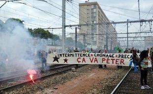 Des cheminots grévistes de la SNCF ont envahi les rails à la gare Montparnasse mardi 17 juin 2014