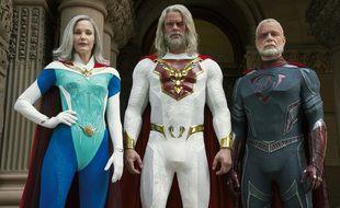Leslie Bibb, Josh Duhamel et Ben Daniels dans Jupiter's Legacy.