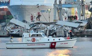 Un bateau est entré en collision peu après minuit avec une tour de contrôle dans le port de Gênes (nord-ouest de l'Italie), et plusieurs personnes sont tombées dans l'eau, dont trois sont mortes, une dizaine portées disparues et six blessées, ont indiqué les secours cités par les médias.