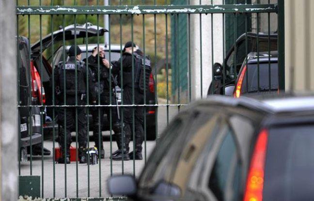 Des membres de l'ERIS (Equipe Régionale d'Intervention et de  Sécurité) se préparent dans la cour de la prison de Montmédy, dans la Meuse, le 18 octobre 2011.