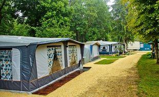 Toiles de tentes dans un terrain de camping