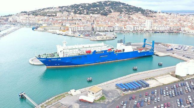 Un navire puise de l'eau de mer en Méditerranée et la met en bouteilles