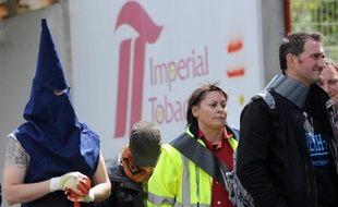 Des employés de Seita Imperial Tobacco manifestent devant l'entrée de l'entreprise à Carquefou, le 15 avril 2014