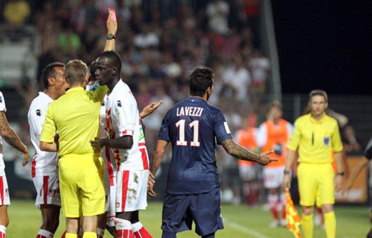 Ezequiel Lavezzi exclu par l'arbitre Clement Turpin lors du match face à Ajaccio, le 19 août 2012. – PASCAL POCHARD-CASABIANCA/AFP