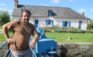 Steeve Peraud devant la maison éclusière de Pont-Réan qui servira de bureau pour son activité.