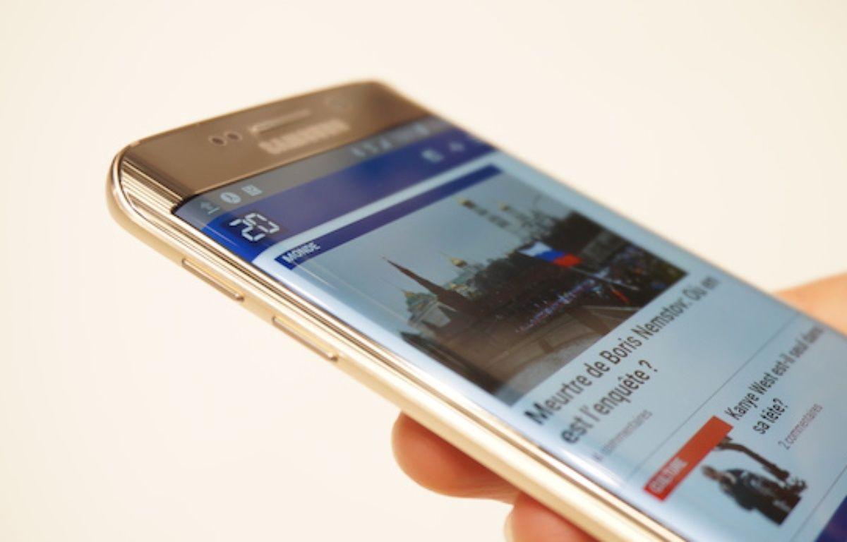 Le Galaxy S7 Edge devrait se rapprocher esthétiquement du modèle précédent de la marque coréenne, le Galaxy S6 Edge. – CHRISTOPHE SEFRIN/20 MINUTES